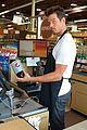 josh duhamel rides in shopping cart for diet pepsi event 08