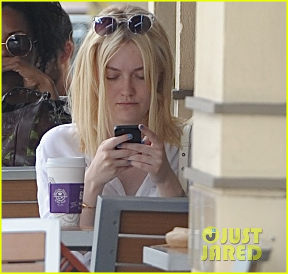 dakota fanning caffeinates at coffee bean 01