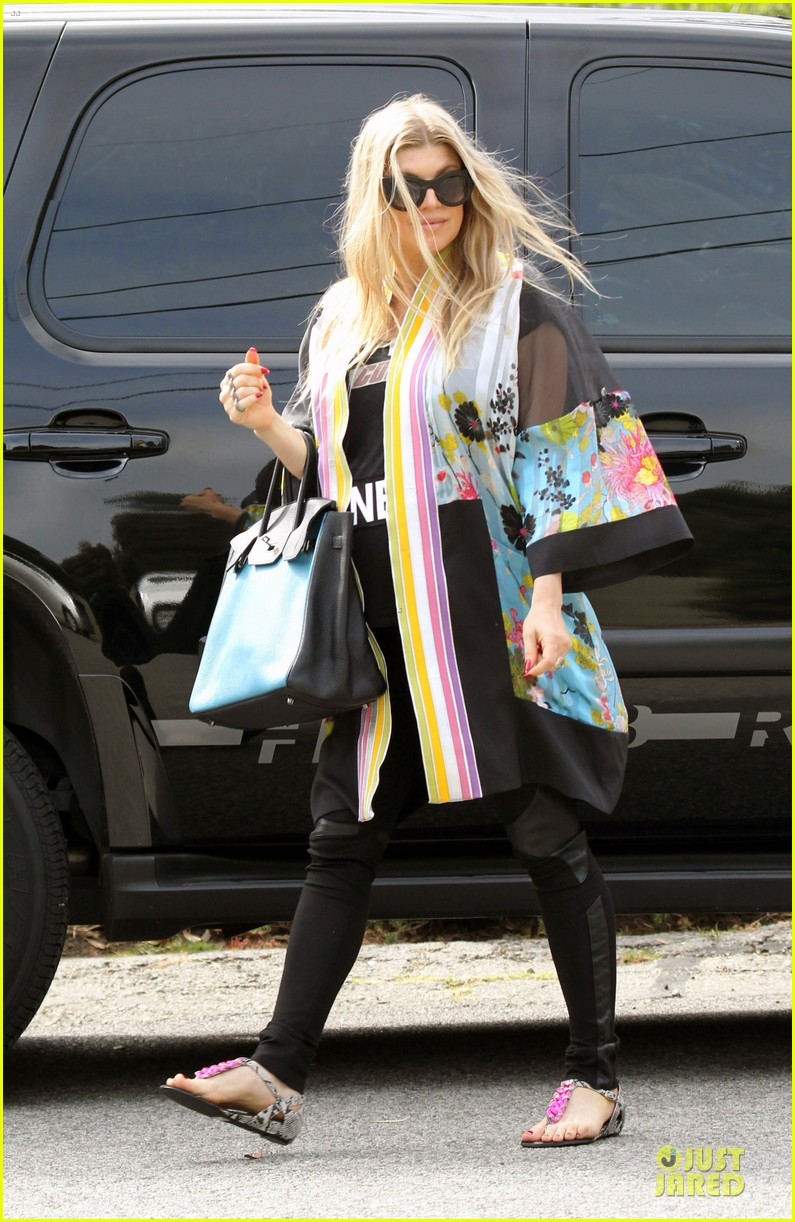 fergie covers growing baby bump after july 4 062905292