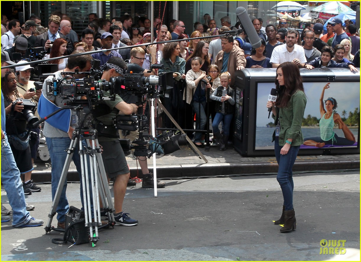megan fox news reporter on teenage mutant ninja turtles set 032914717