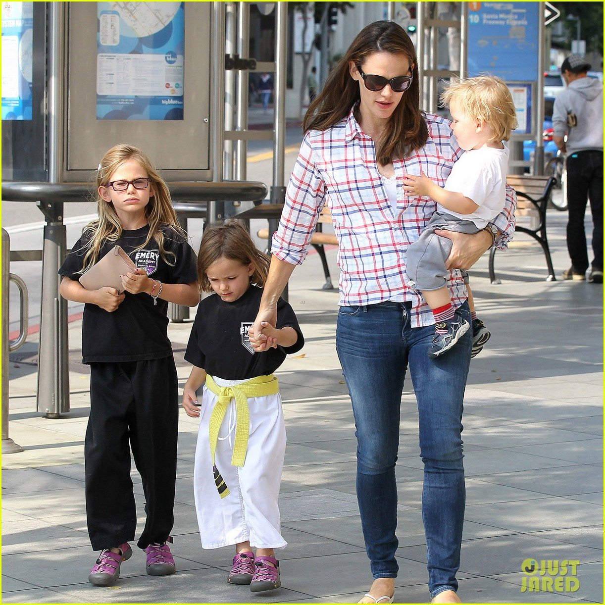 jennifer garner is back with the kids after big apple trip 09