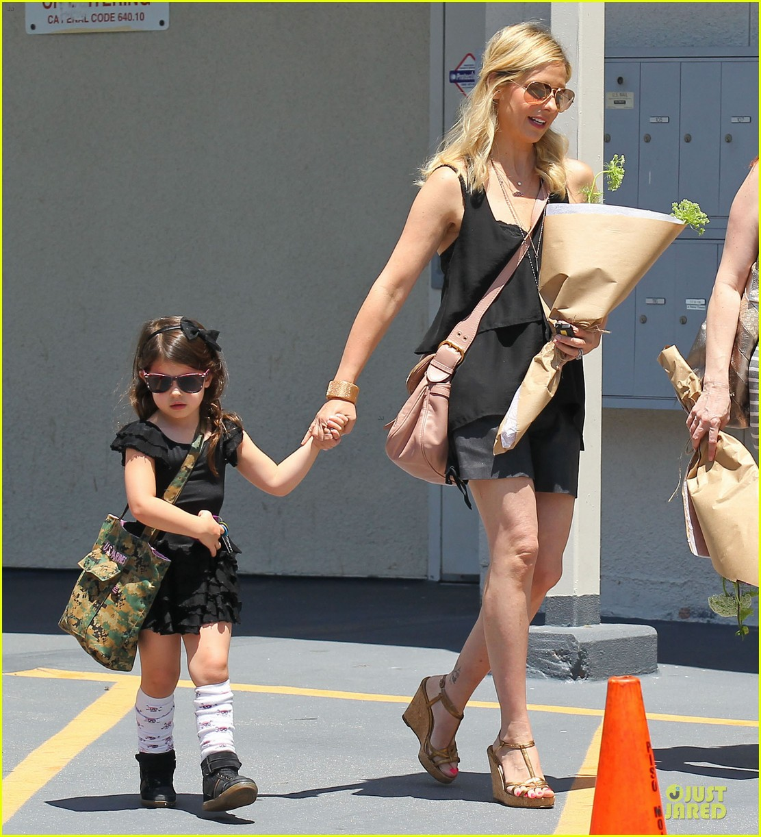 sarah michelle gellar flying with two kids alone is my latest milestone 142909027