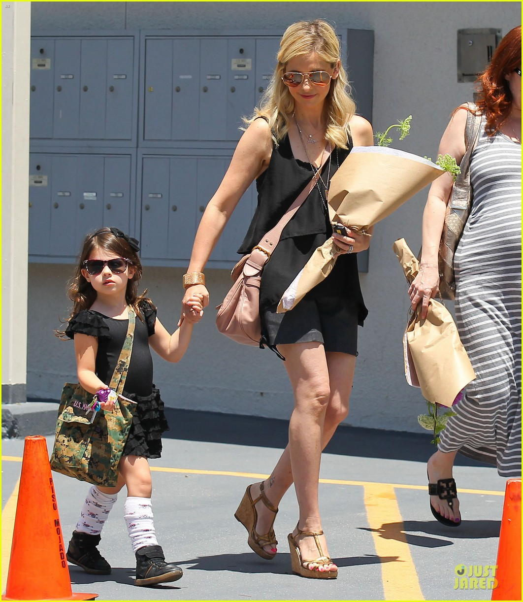 sarah michelle gellar flying with two kids alone is my latest milestone 16