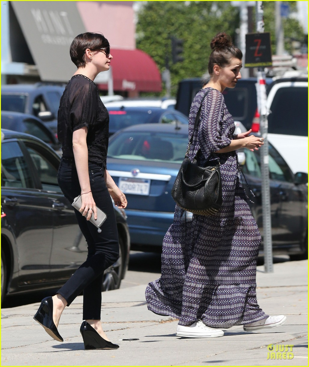 anne hathaway wasteland shopping with adam shulman 17