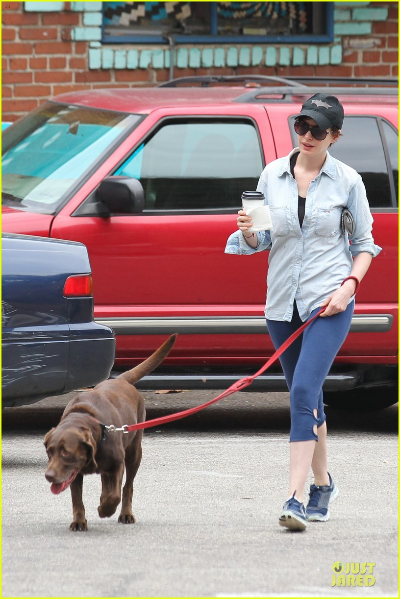 anne hathaway wasteland shopping with adam shulman 31