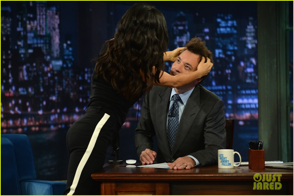 salma hayek plays beer pong on late night with jimmy fallon 102908223