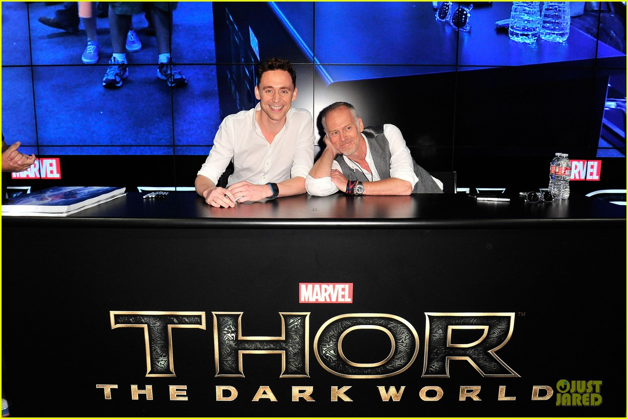 tom hiddleston thor autograph signing at comic con 092914445