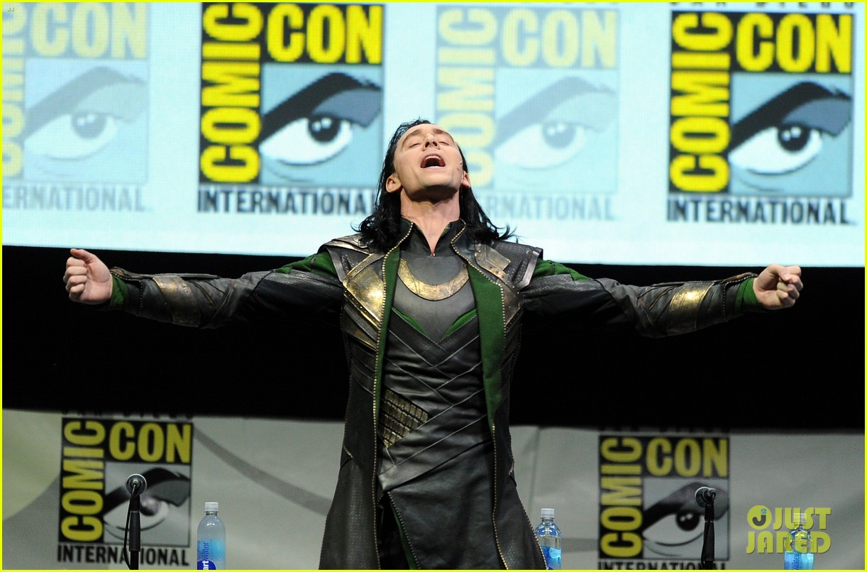 tom hiddleston attends thor comic con panel as loki 07
