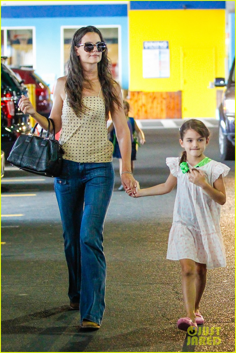 katie holmes picks suri up from gym class 08
