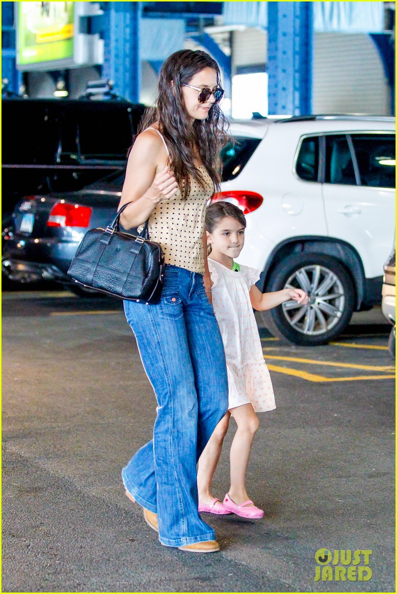 katie holmes picks suri up from gym class 212909927
