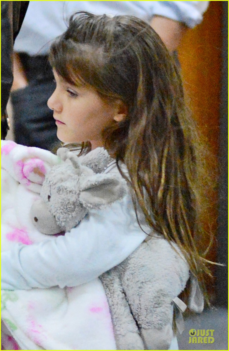 katie holmes suri hold hands after rare lax landing 04