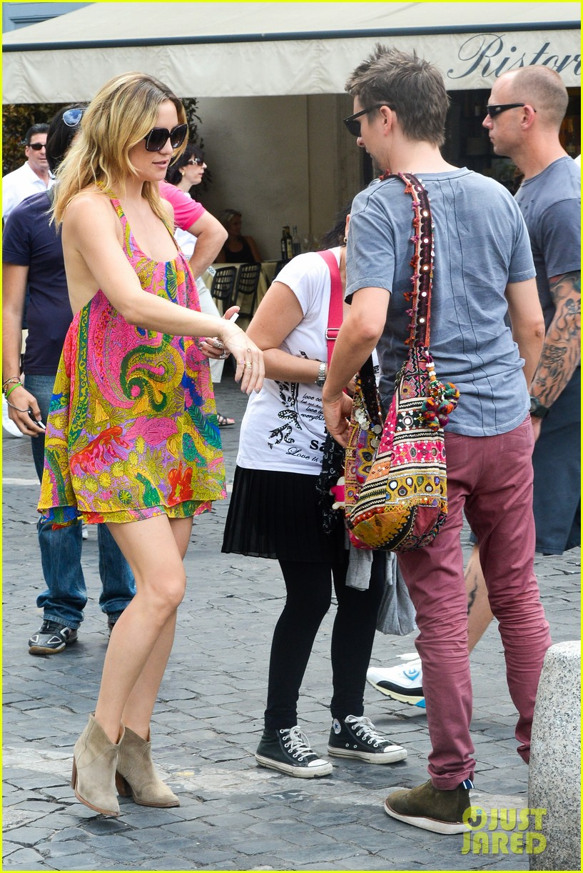 kate hudson matt bellamy fan friendly in rome 012905503