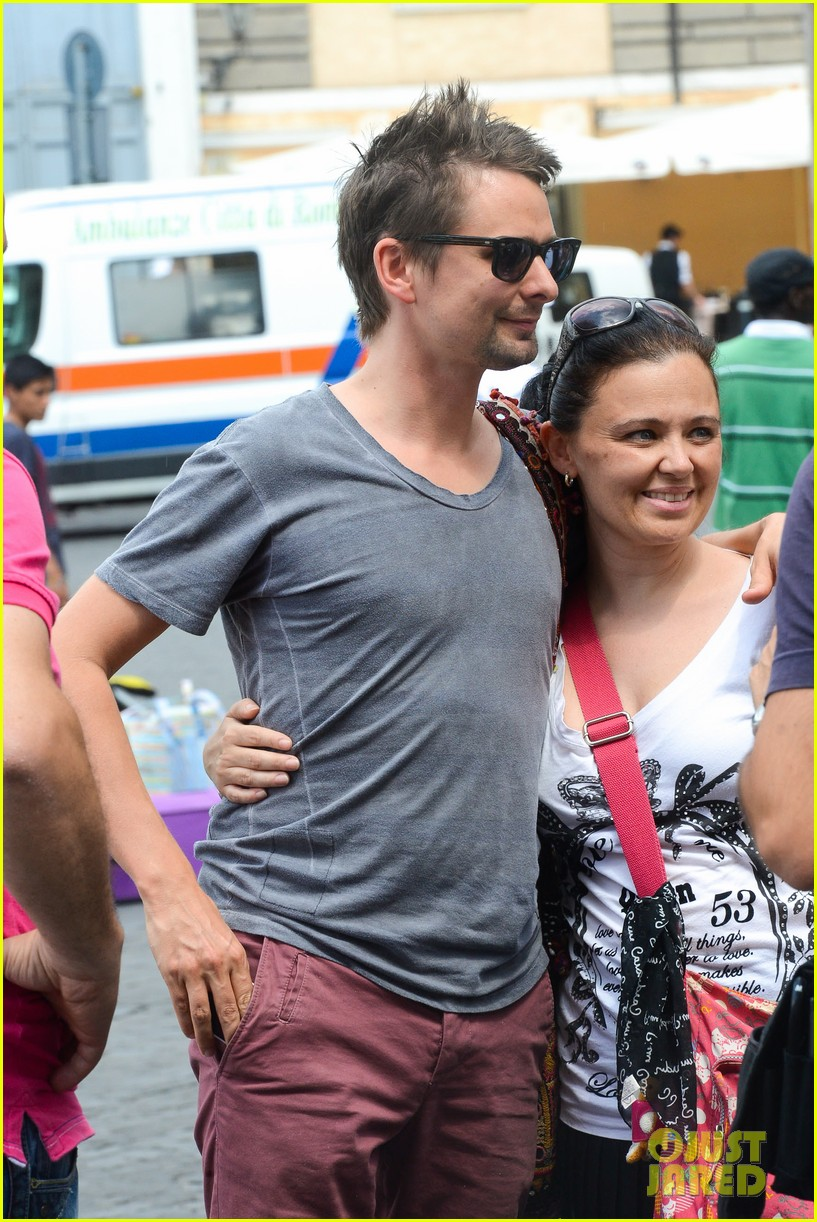 kate hudson matt bellamy fan friendly in rome 02