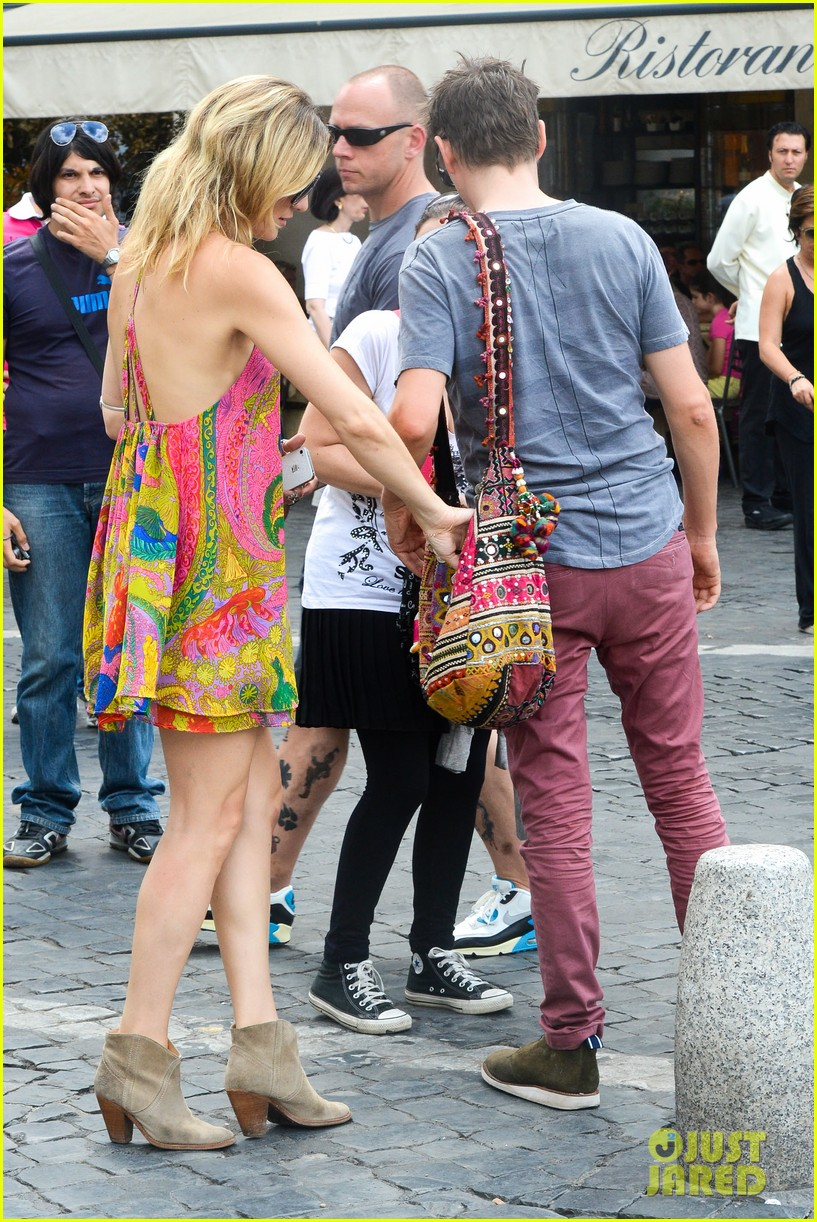 kate hudson matt bellamy fan friendly in rome 272905529