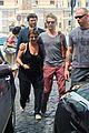 kate hudson matt bellamy fan friendly in rome 26