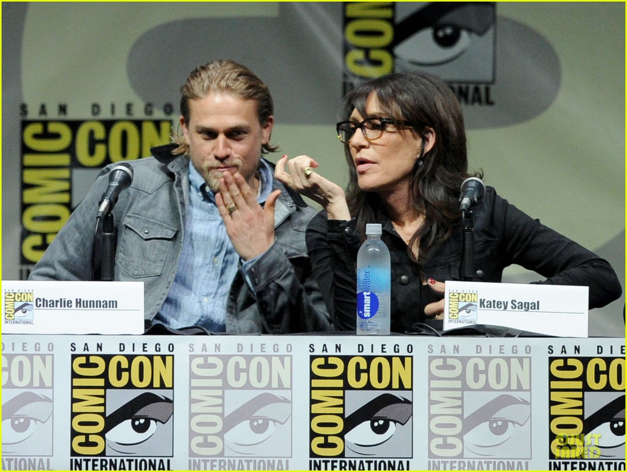 charlie hunnam son of anarchy panel at comic con 02