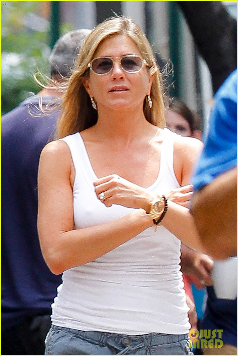jennifer aniston beats the heat on squirrels to nuts set 09