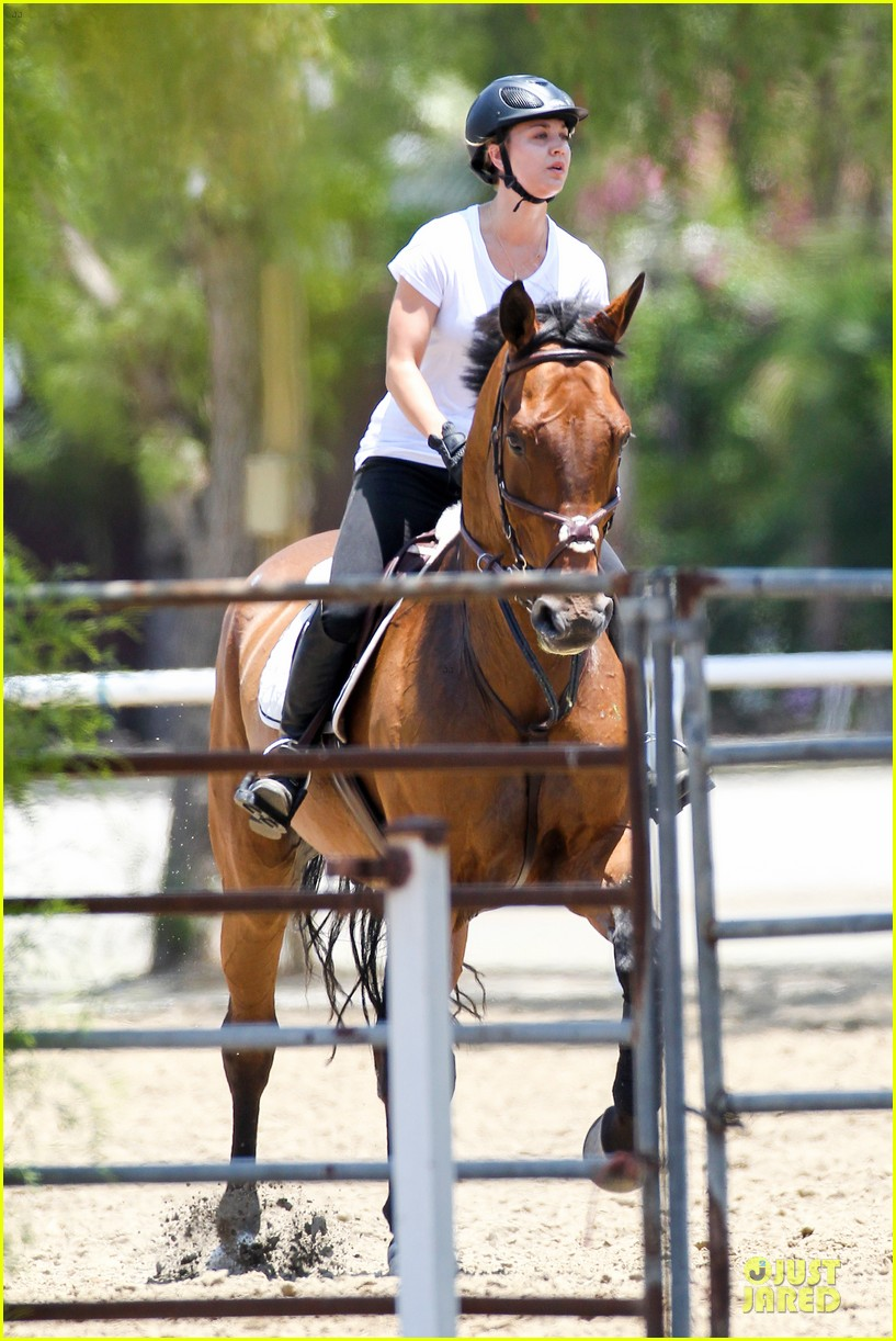 kaley cuoco horseback riding beauty 07