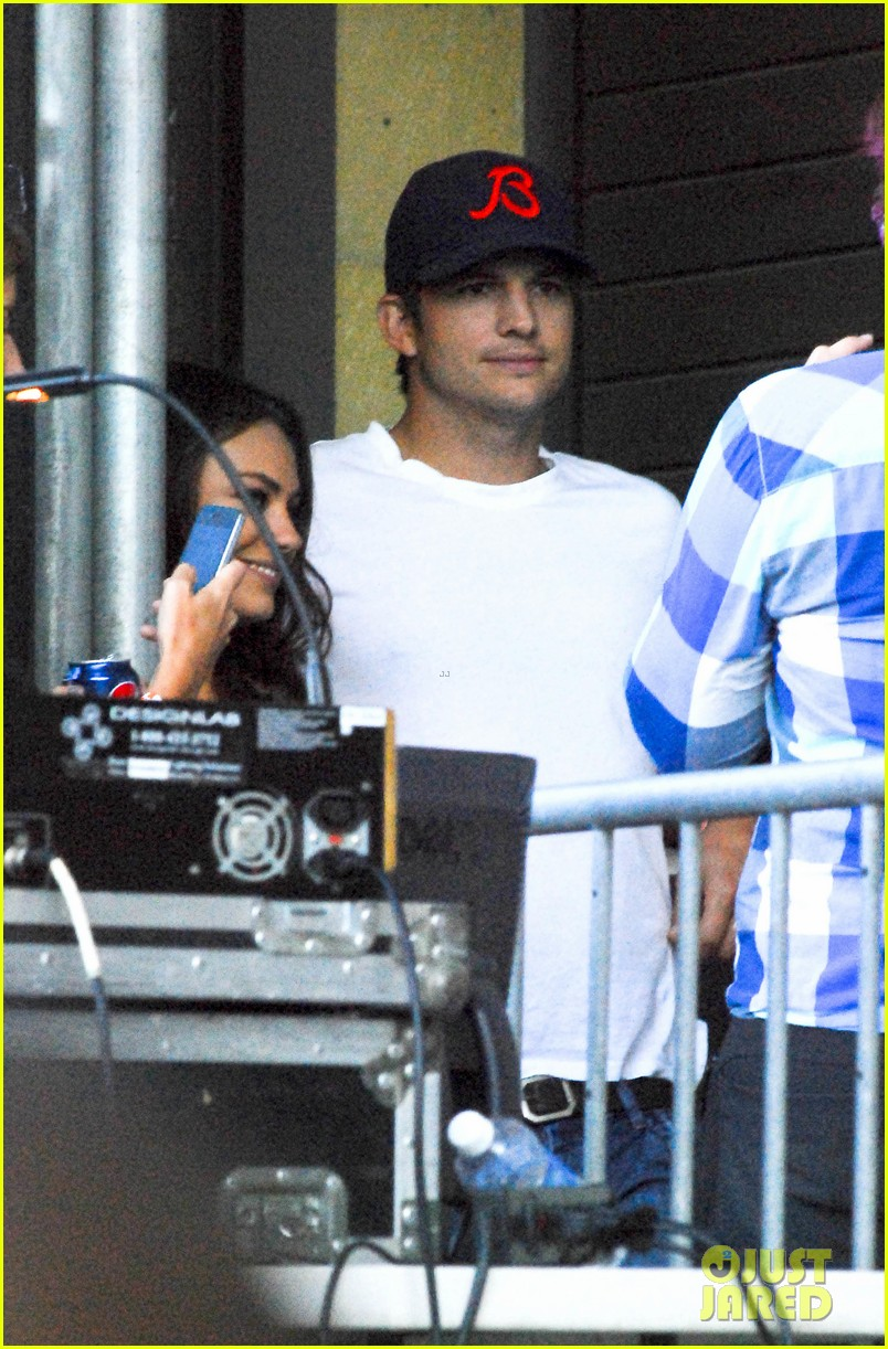 mila kunis ashton kutcher taste of chicago concert couple 092908256