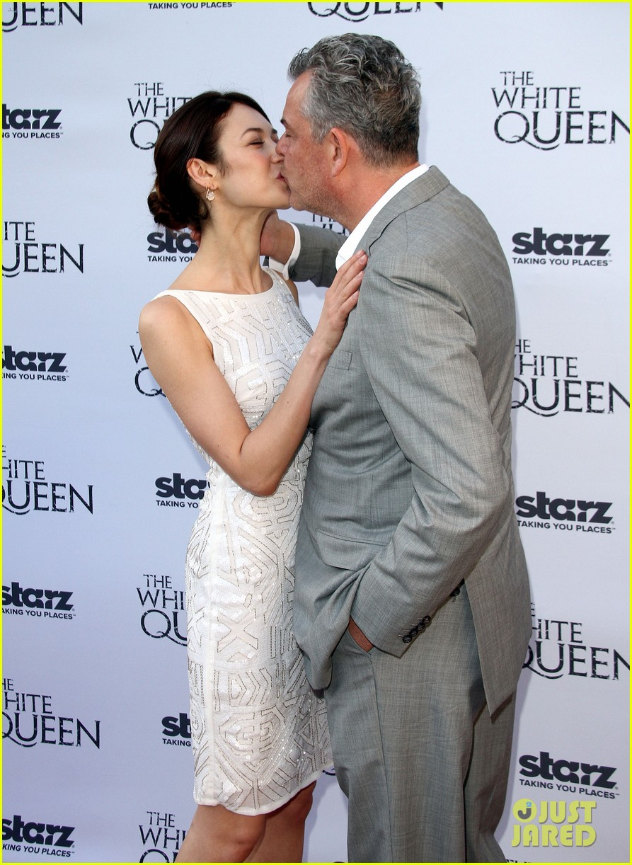olga kurylenko kisses danny huston at white queen premiere 04