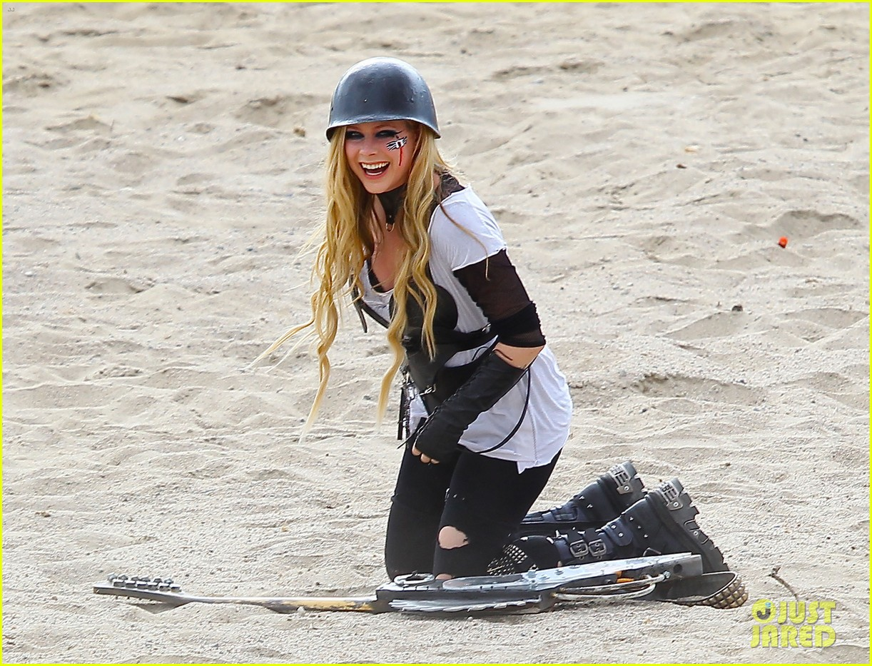 avril lavigne chainsaw action for rock n roll video shoot 08