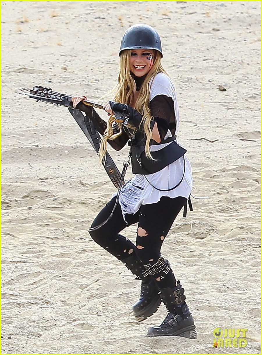 avril lavigne chainsaw action for rock n roll video shoot 12