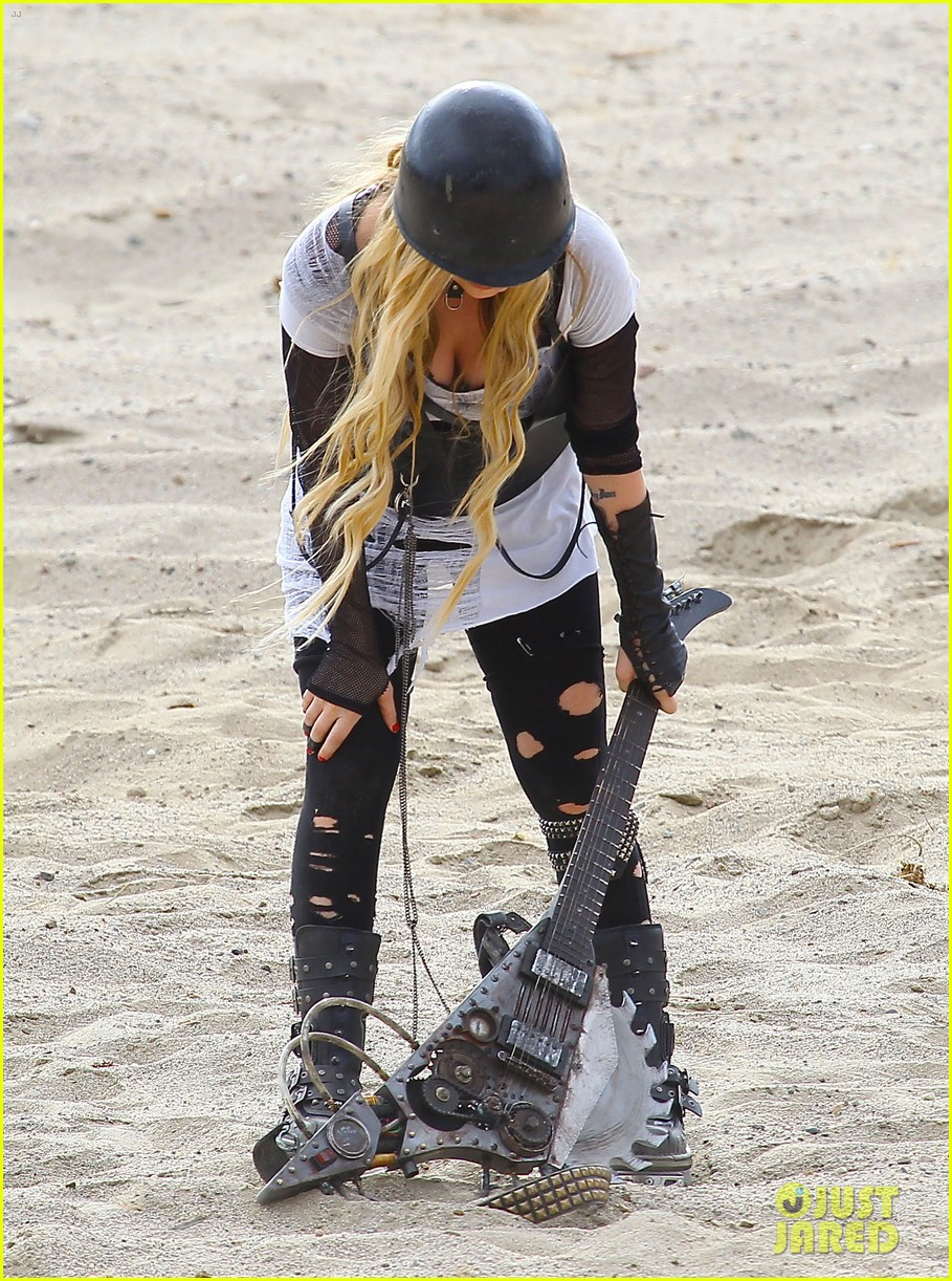 avril lavigne chainsaw action for rock n roll video shoot 13