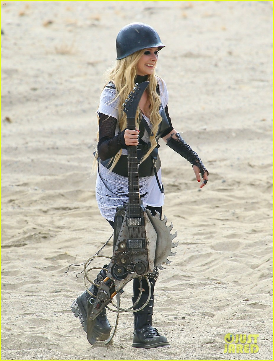 avril lavigne chainsaw action for rock n roll video shoot 14