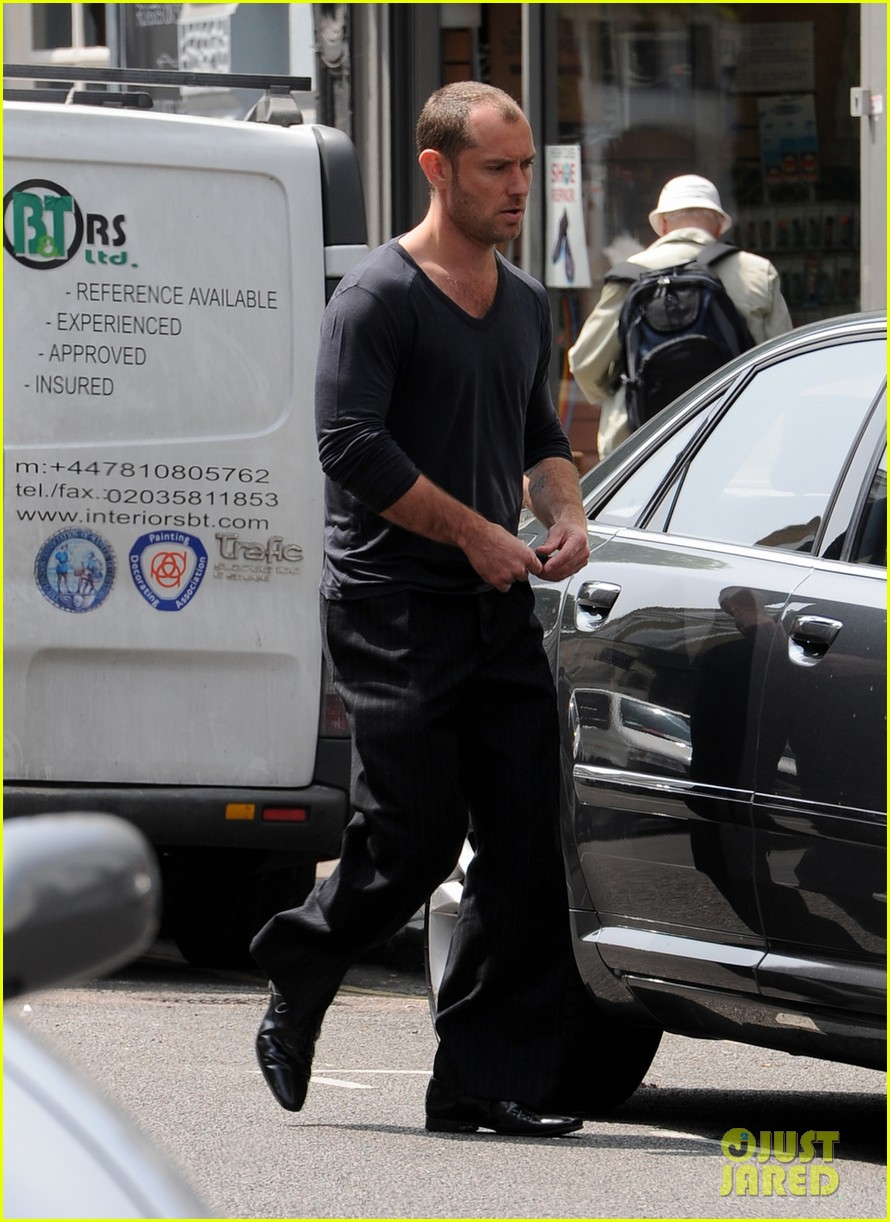 jude law takes a ride in london 012908485