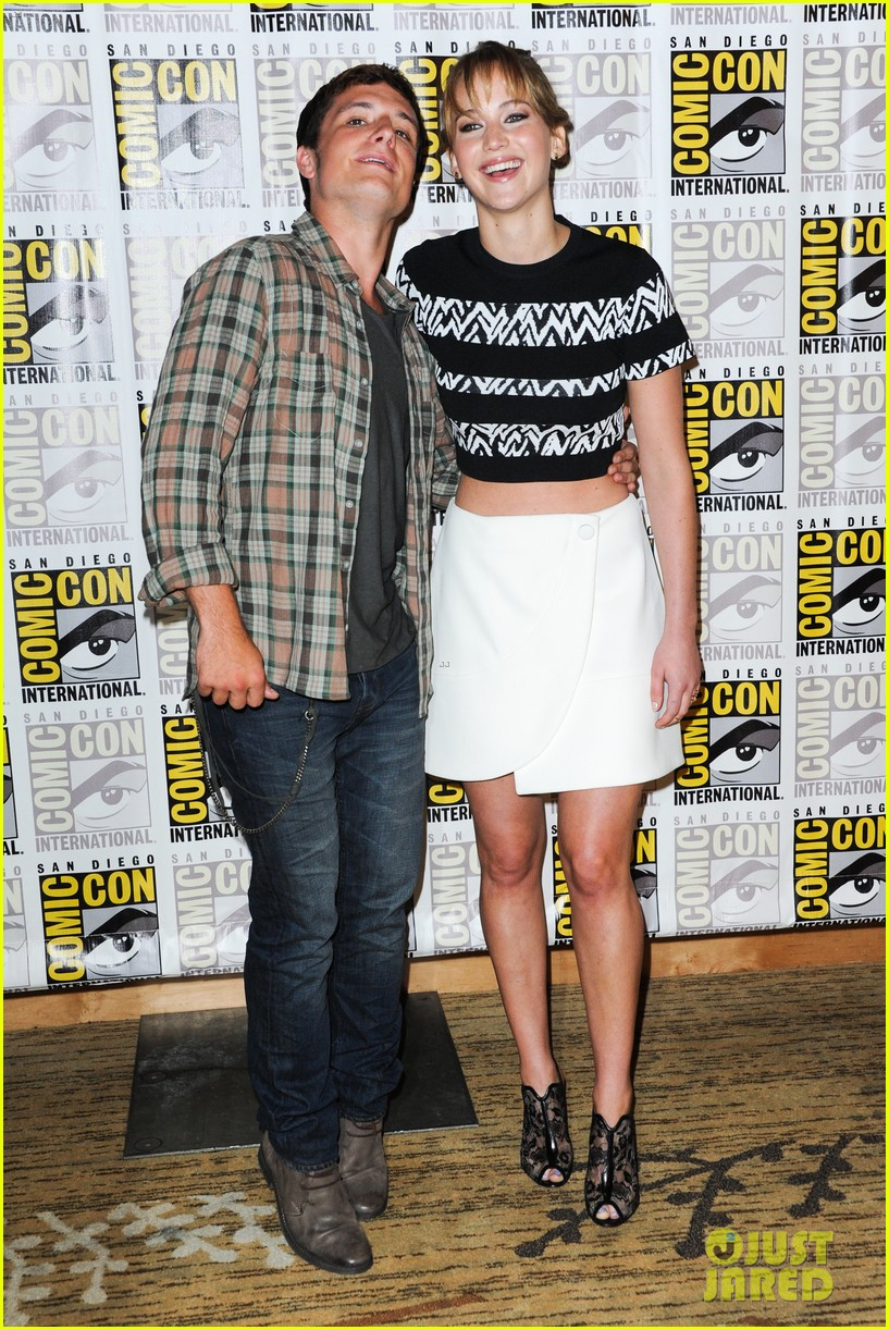 jennifer lawrence debuts catching fire trailer at comic con 072913354