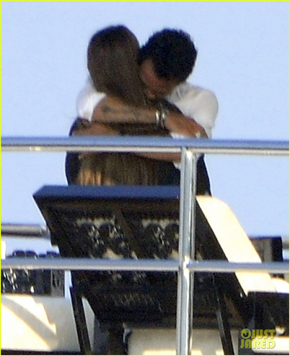 marc anthony chloe green cuddle in venice 04