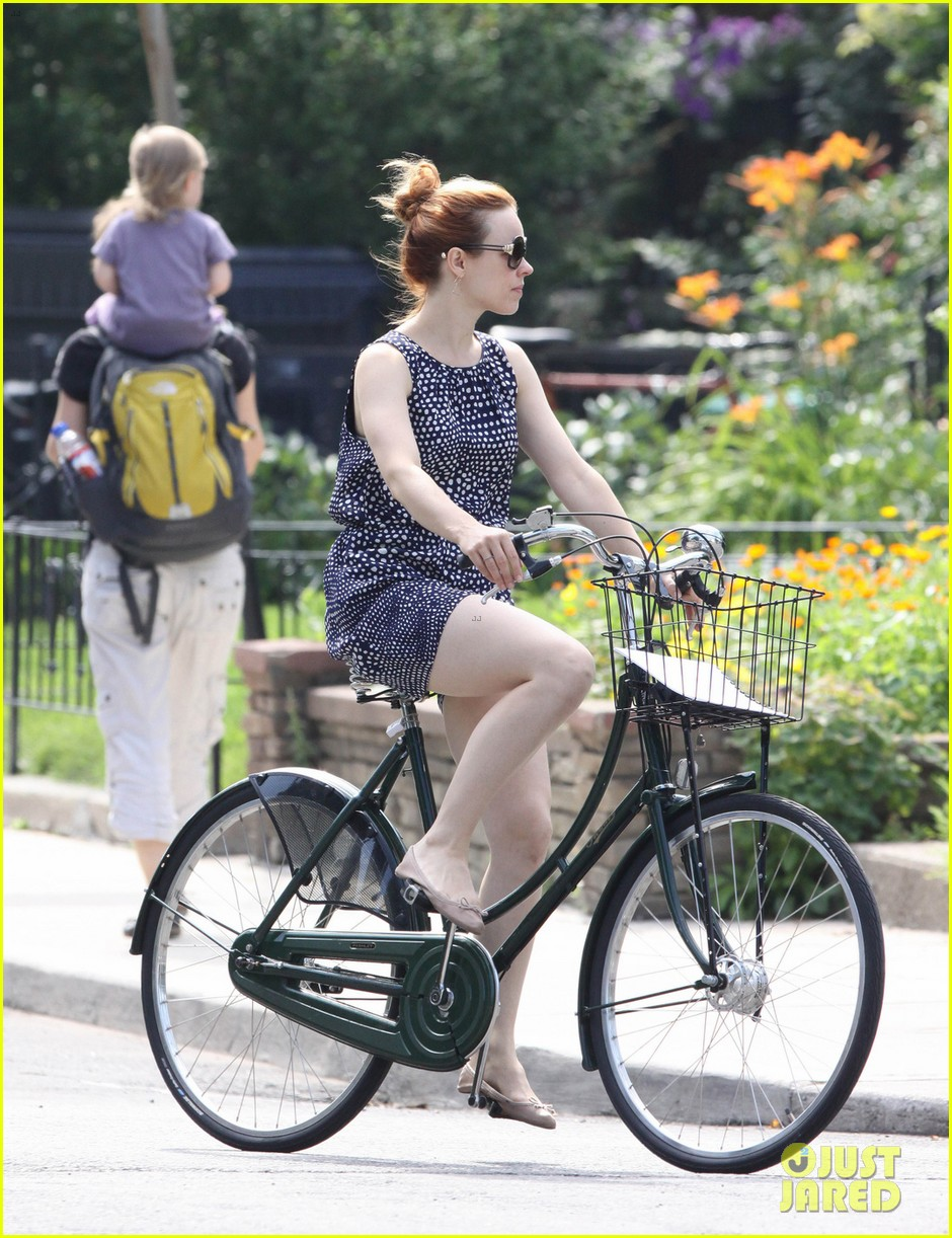 rachel mcadams toronto bike ride 032904688