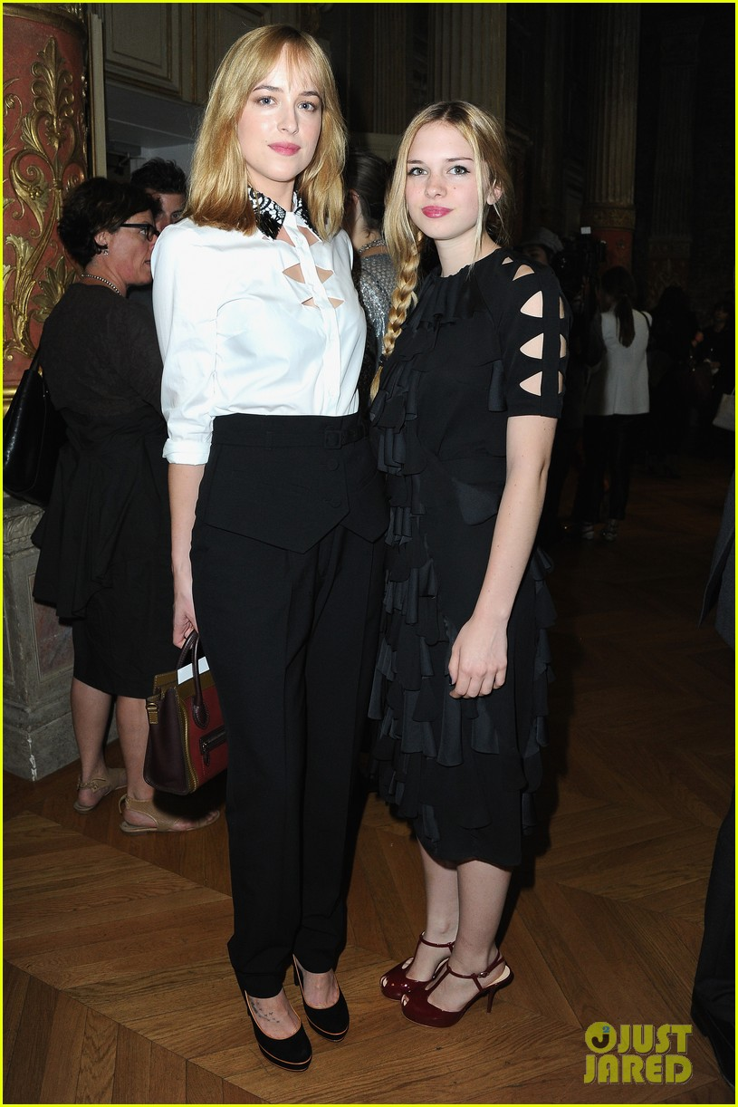 rose mcgowan dakota johnson viktor rolf fashion show 05