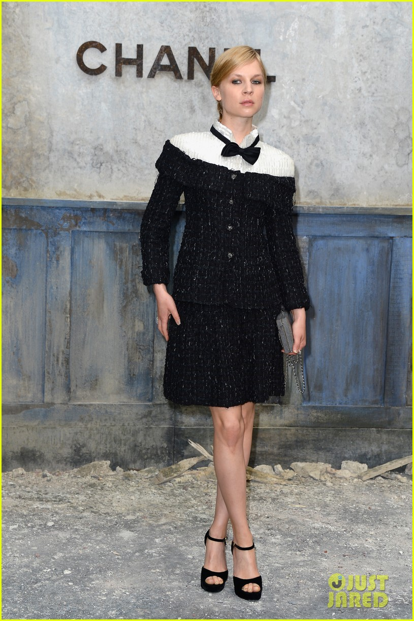 milla jovovich rose byrne chanel paris fashion show 10