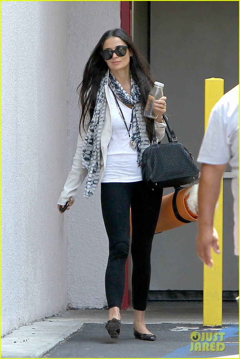 demi moore works it out at yoga 03