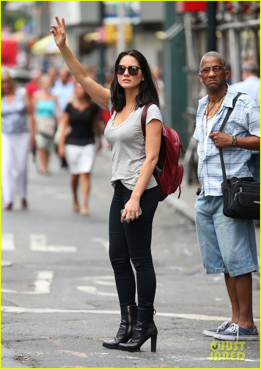 olivia munn hails nyc cab after jay leno appearance 01