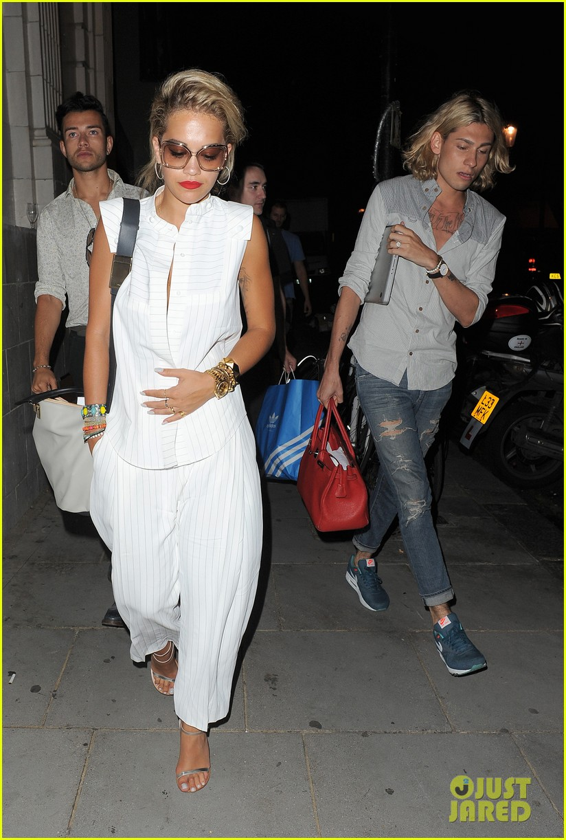 rita ora family dinner after barcelona trip 06