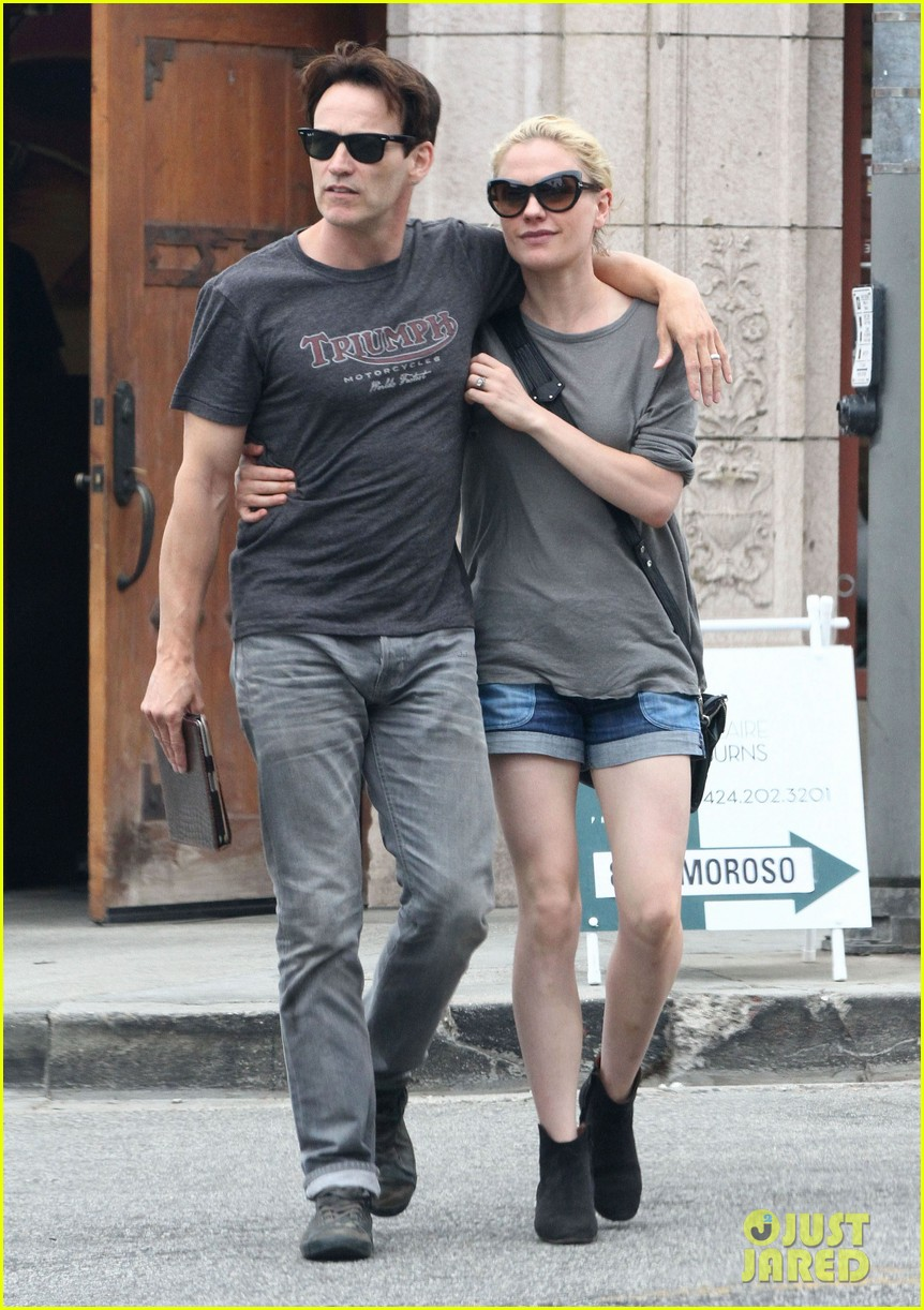 anna paquin stephen moyer cuddle close in venice beach 08