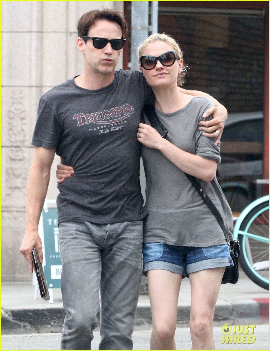 anna paquin stephen moyer cuddle close in venice beach 14