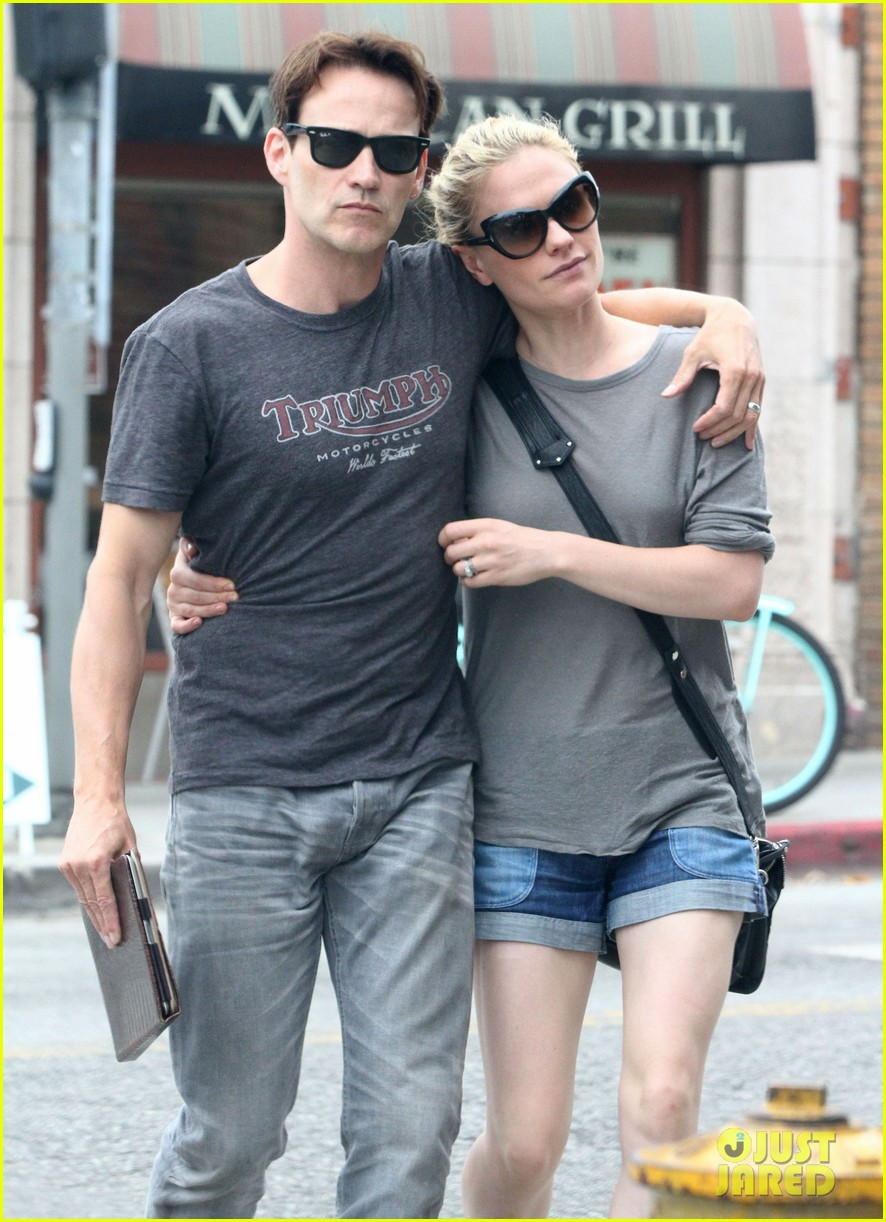 anna paquin stephen moyer cuddle close in venice beach 16