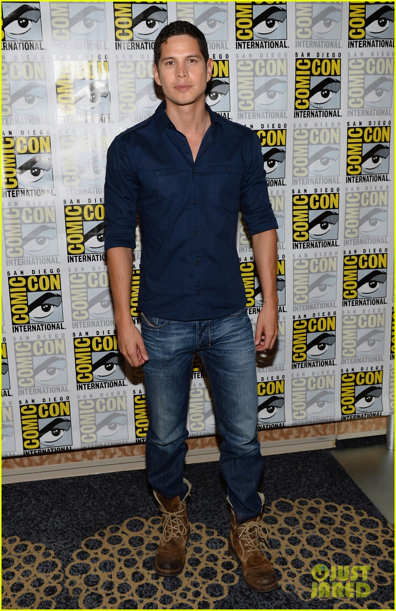 revolution grimm casts attend comic con panels 092913607