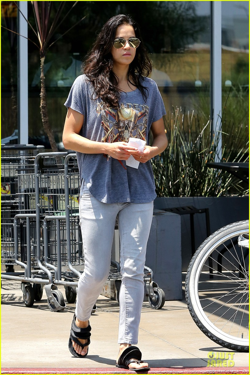 michelle rodriguez grocery shopping with gal pal kim 112908920
