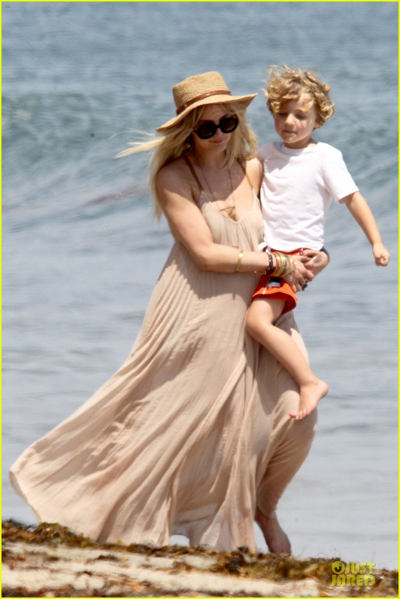 ashlee simpson beach stroll after sister jessica birth news 02