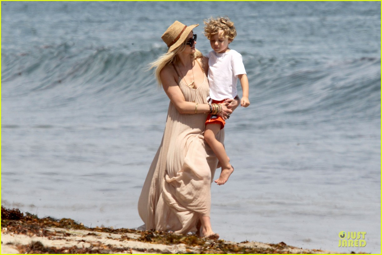 ashlee simpson beach stroll after sister jessica birth news 04