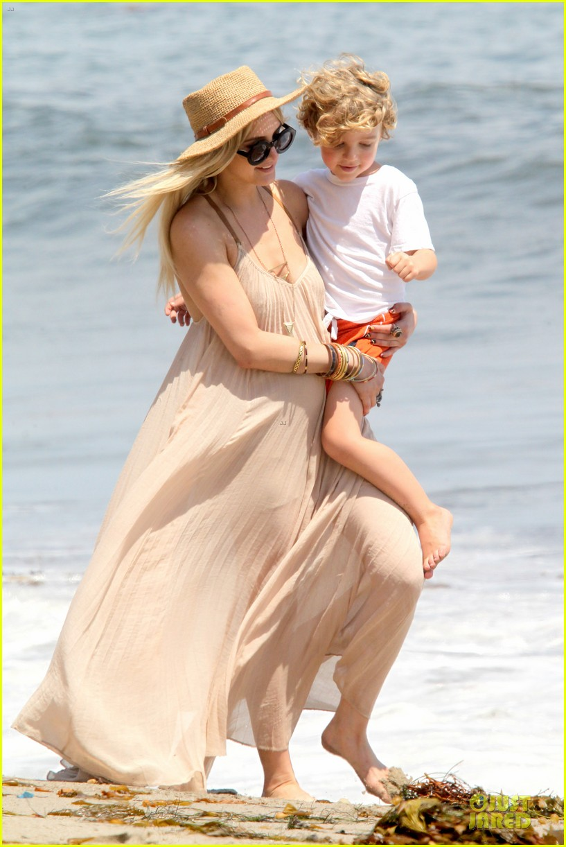 ashlee simpson beach stroll after sister jessica birth news 06