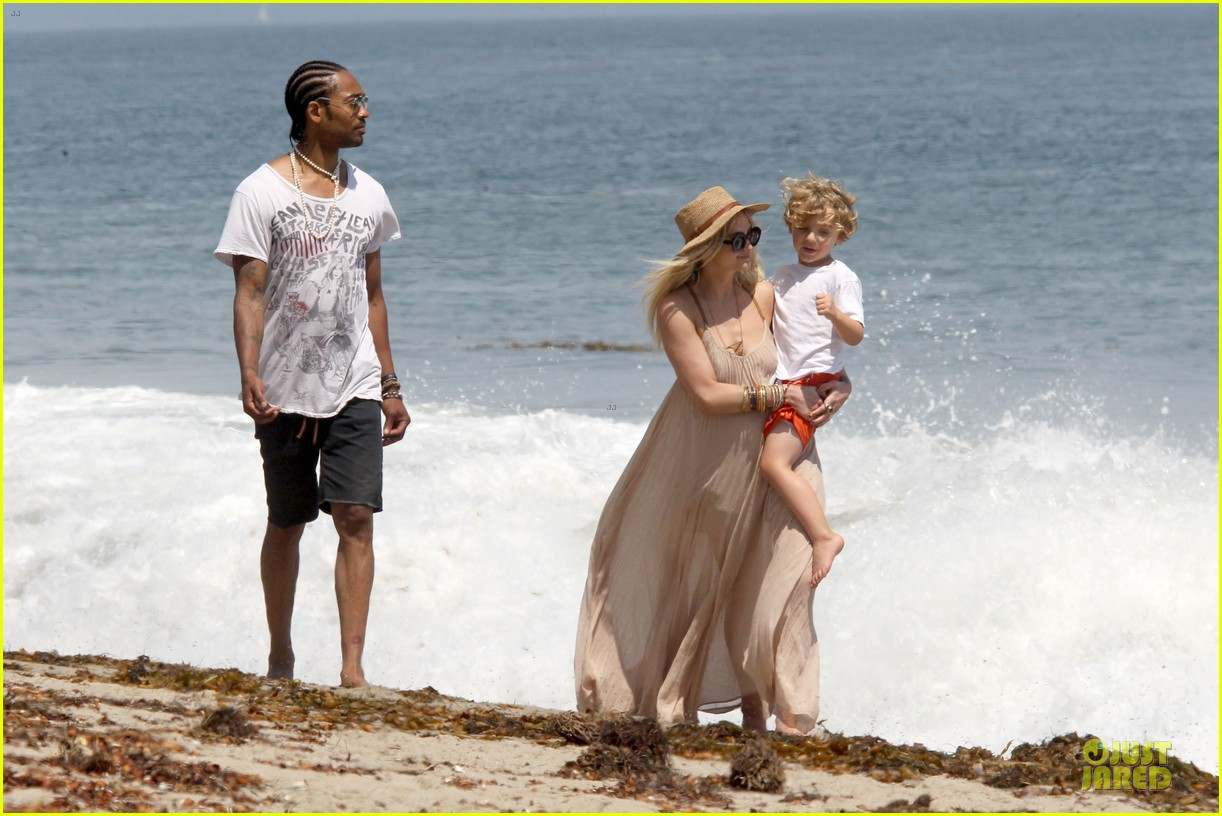 ashlee simpson beach stroll after sister jessica birth news 152901627