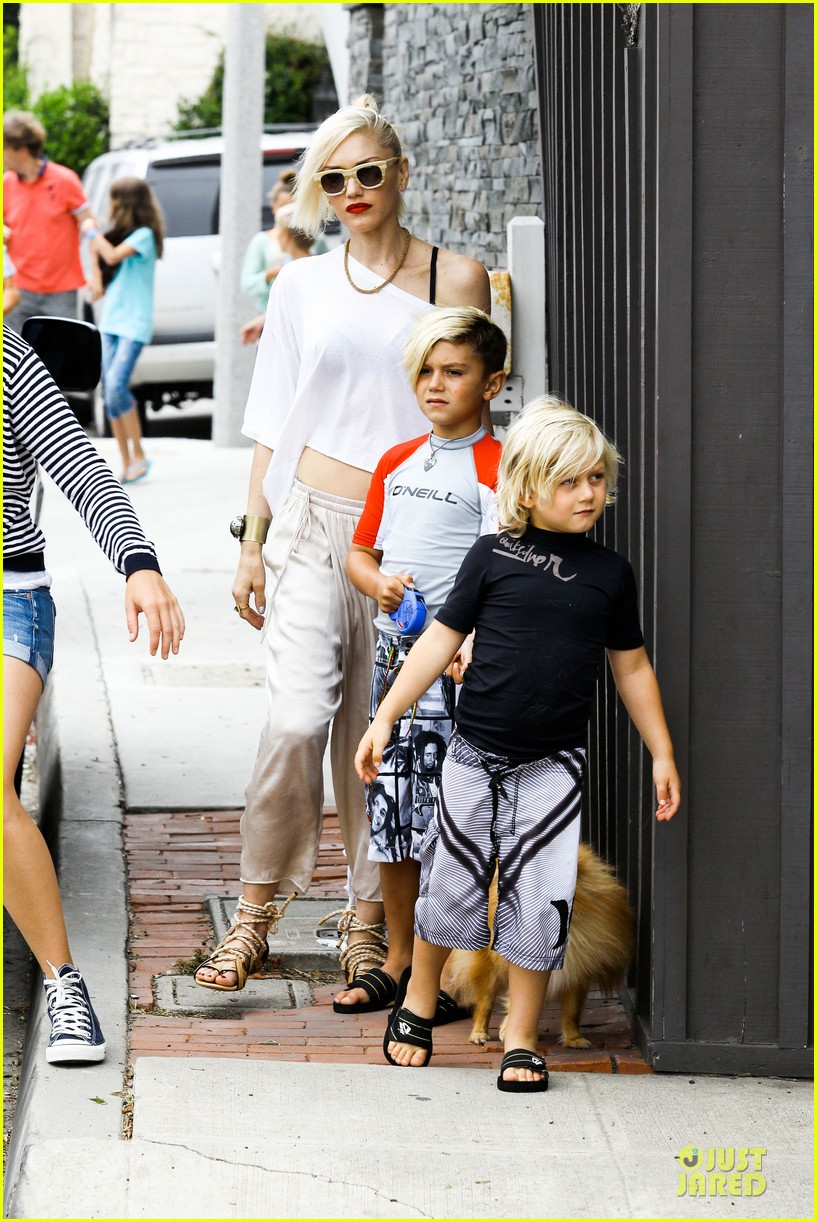 gwen stefani malibu beach mama with kingston zuma 052908989