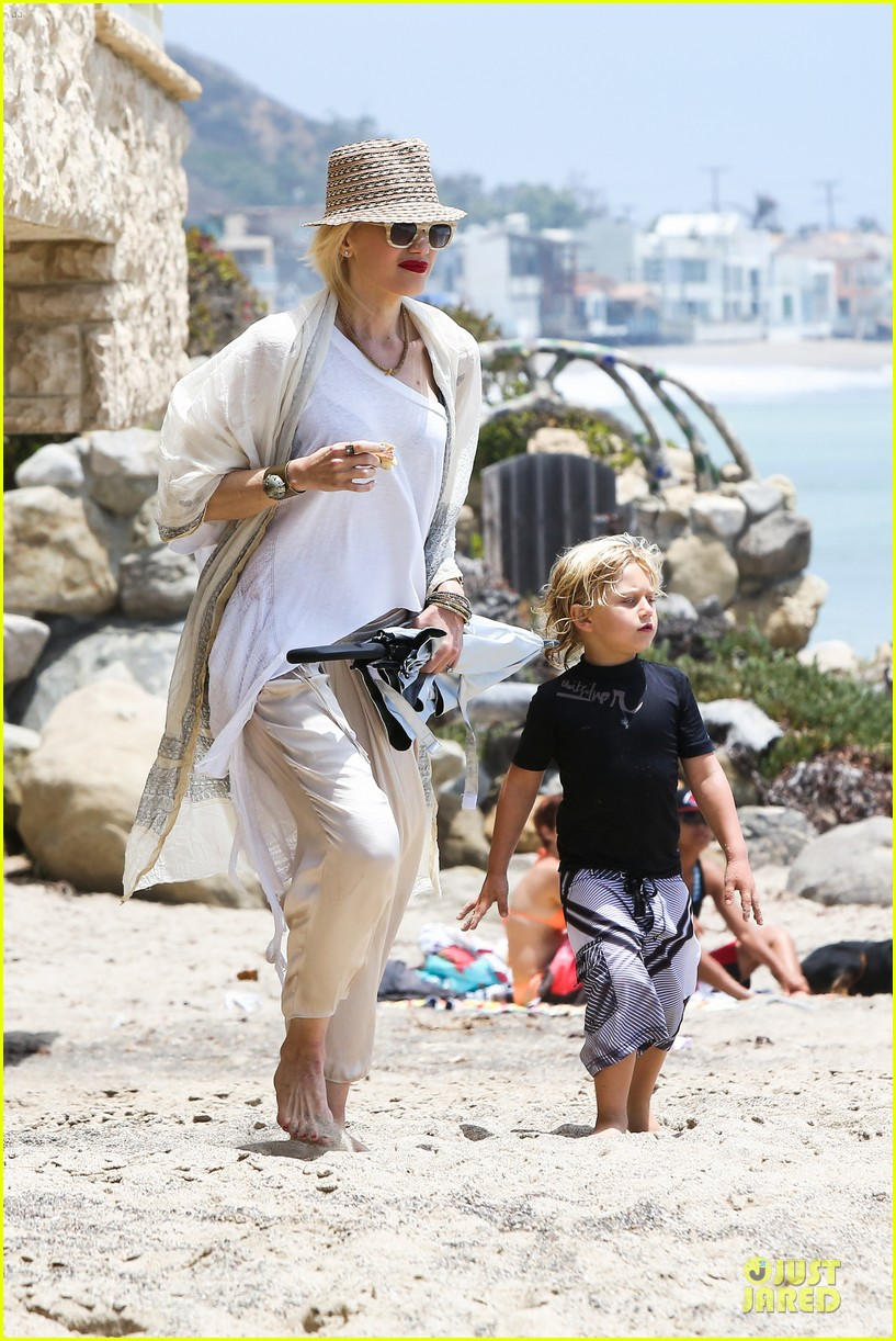 gwen stefani malibu beach mama with kingston zuma 072908991