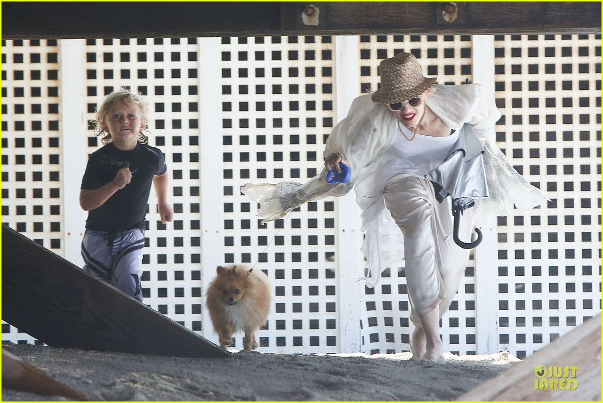 gwen stefani malibu beach mama with kingston zuma 092908993