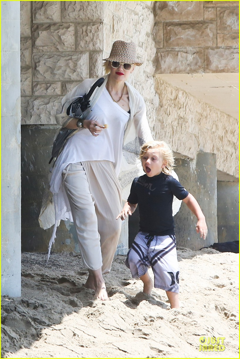 gwen stefani malibu beach mama with kingston zuma 12